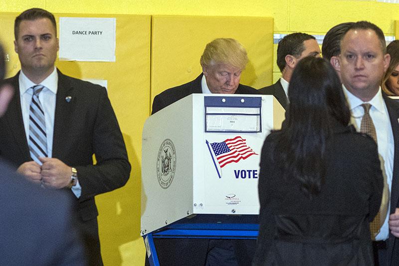 Дональд Трамп голосует на выборах президента США