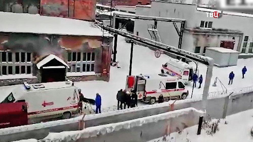 Врачи на месте обрушения крыши на предприятии в Свердловской области