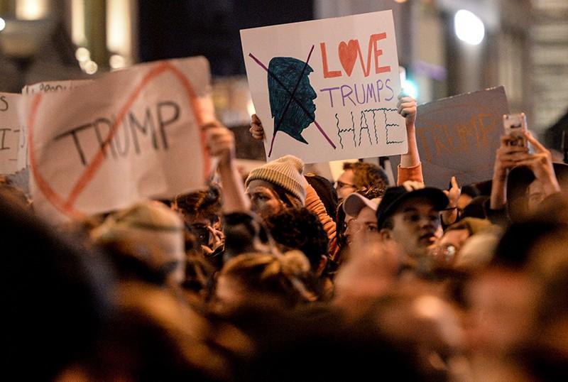 """Участники акции протеста у небоскреба """"Трамп Тауэр"""" в Нью-Йорке"""