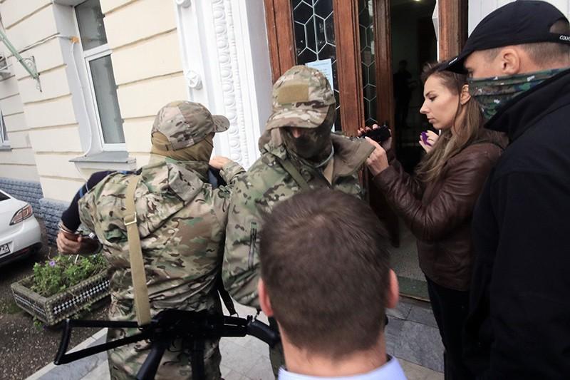 Сотрудники ФСБ России доставляют украинских диверсантов в Ленинский районный суд Севастополя