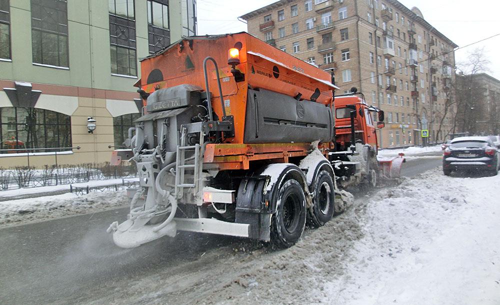 Снегоуборочная техника обрабатывает дорогу реагентами