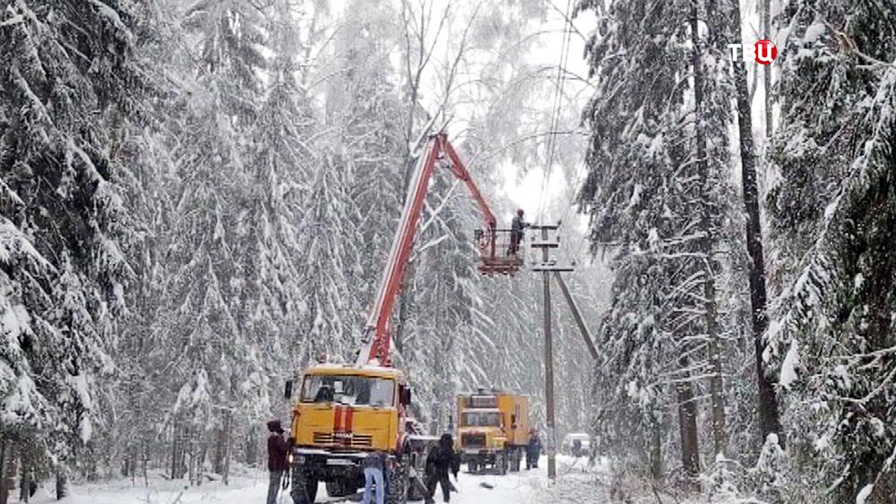 Электрики устраняют последствия ледяного дождя