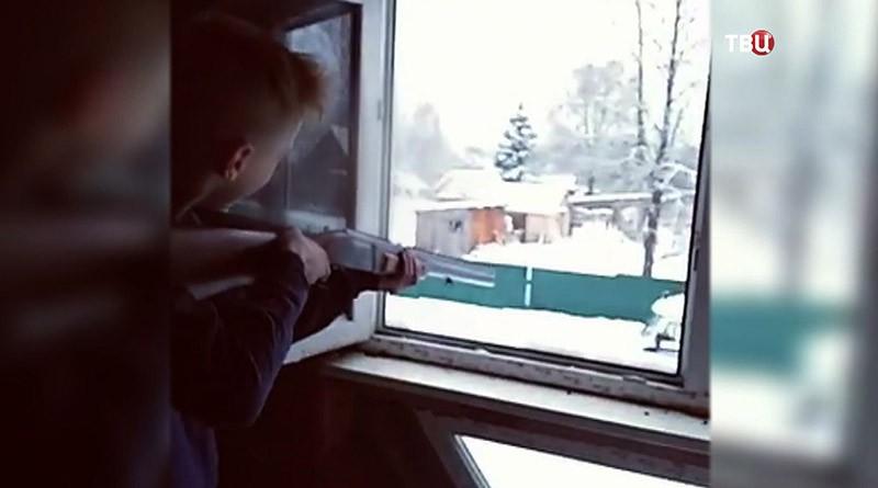 Школьник стреляет из окон
