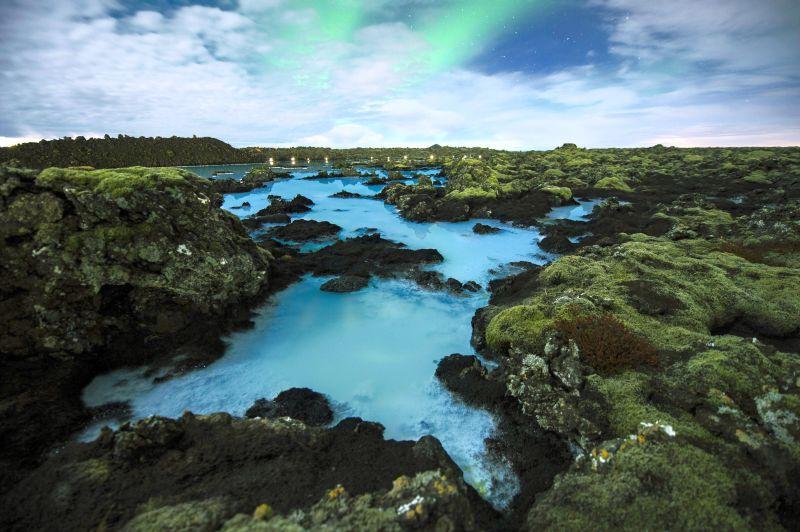 Вид на Голубую лагуну - геотермальное озеро, расположенное на полуострове Рейкьянес в юго-западной части Исландии. Оно возникло после сооружения здесь в 1976 году геотермальной электростанции