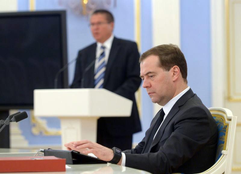 Дмитрий Медведев и экс-глава МЭР Алексей Улюкаев (на заднем плане)
