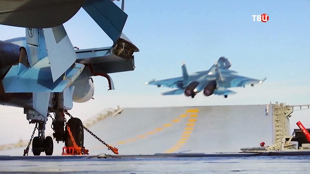 """Истребитель Су-33 на палубе авианосца """"Адмирал Флота Советского Союза Кузнецов"""""""