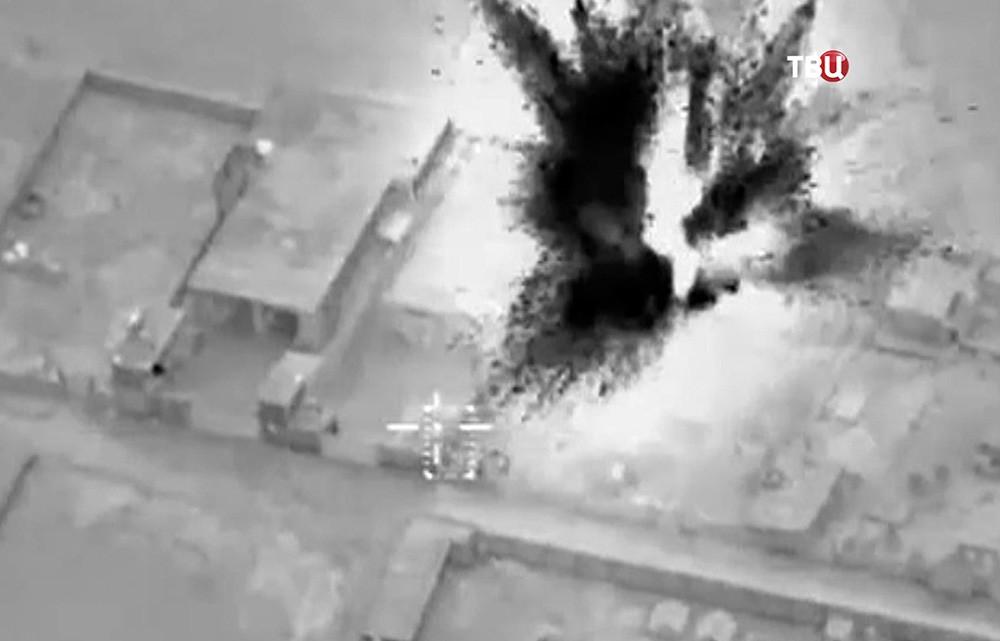 Последствия авиаудара по позициям боевиков в Сирии
