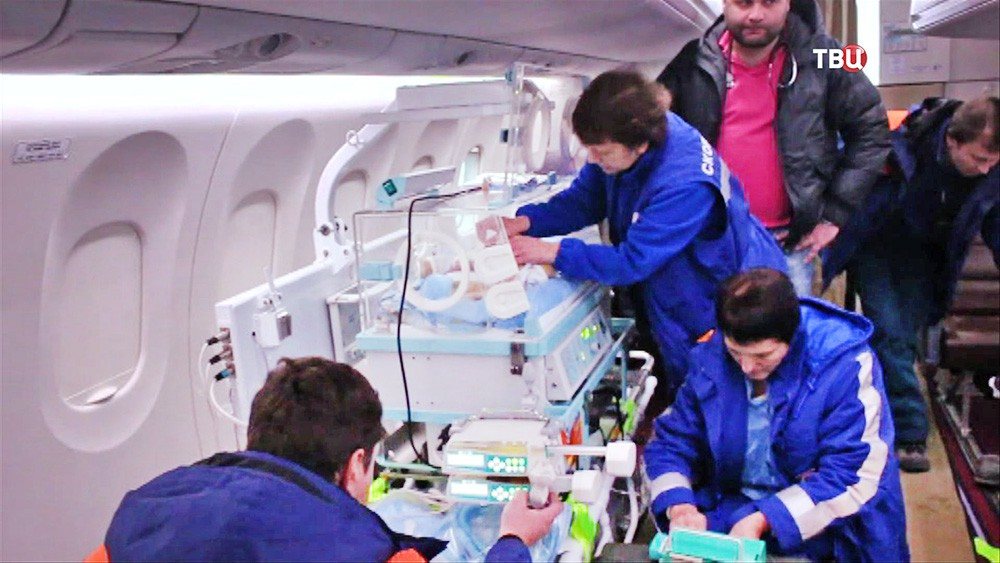 Врачи перевозят детей на борту самолета МЧС