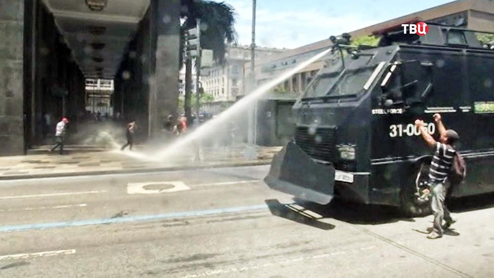 Полиция Бразилии разгоняет митинг