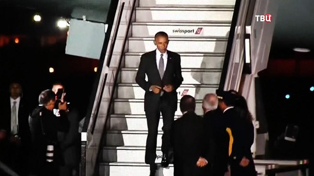 Барак Обама спускается по трапу самолета