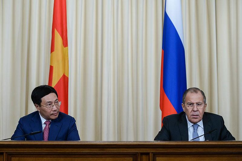 Глава МИД России Сергей Лавров и глава МИД республики Вьетнам Фам Бинь Минь на пресс-конференции