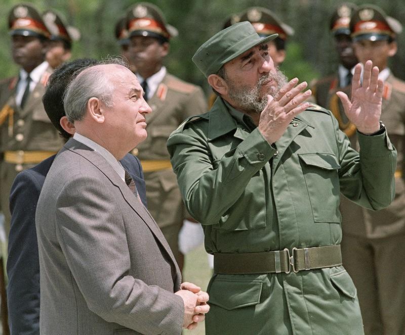 Генеральный секретарь ЦК КПСС Михаил Горбачев (слева) встречается с Первым секретарём ЦК Компартии Кубы Фиделем Кастро