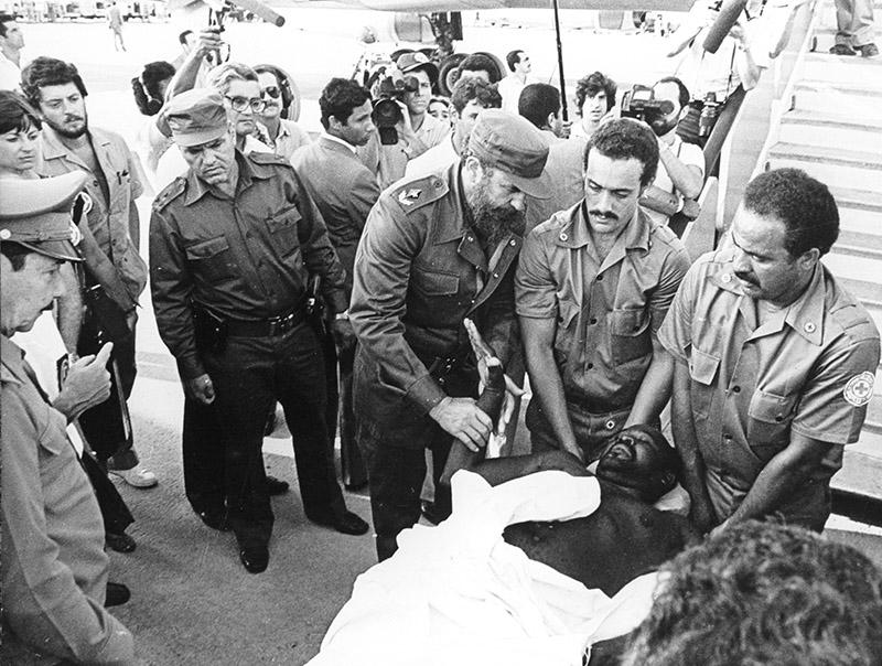 Фидель Кастро встречает раненных на Гренаде кубинцев