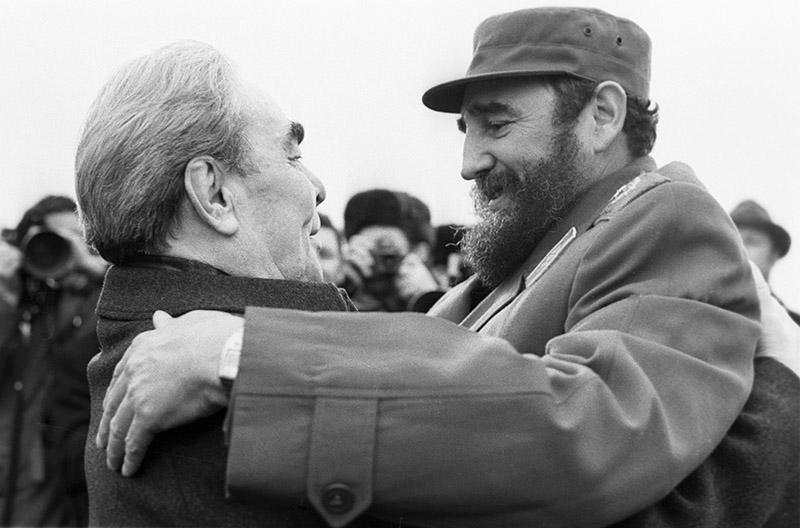 Генеральный секретарь ЦК КПСС Леонид Ильич Брежнев обнимает президента Республики Куба Фиделя Кастро во время визита в Москву
