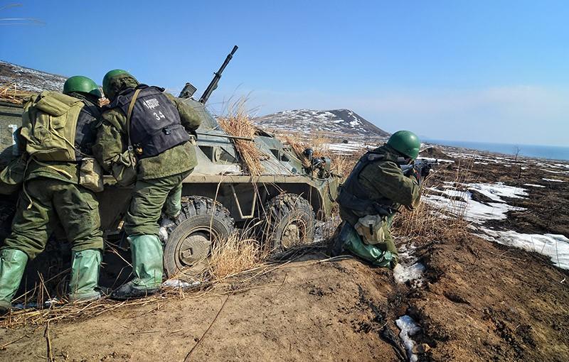 Морские пехотинцы десантно-штурмовой роты на учениях соединений морской пехоты