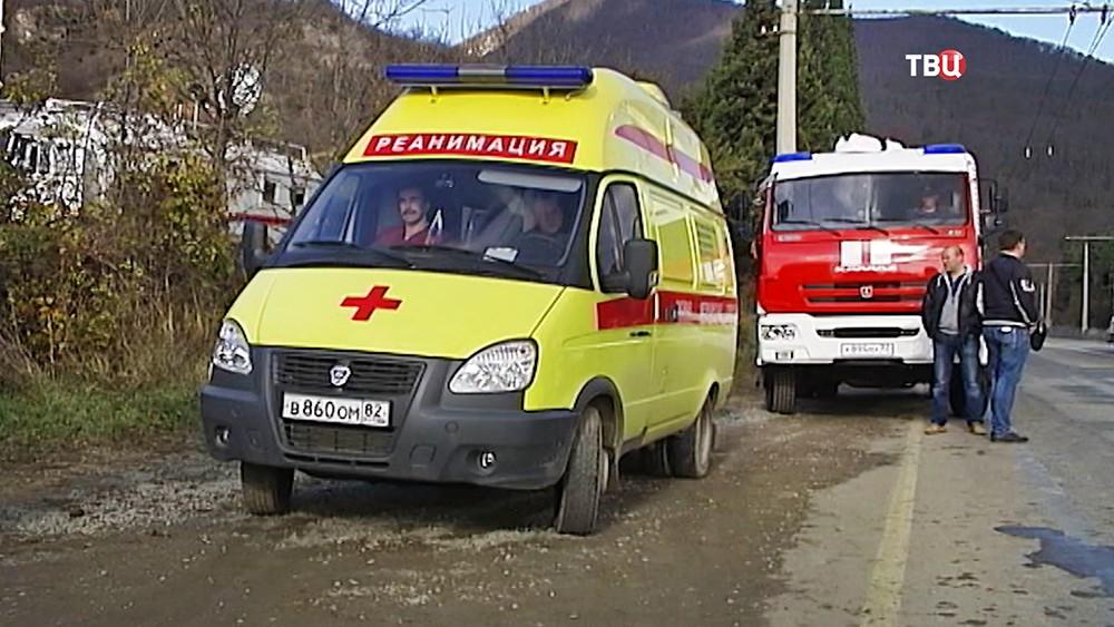 Скорая помощь и спасатели МЧС на месте происшествия в Крыму