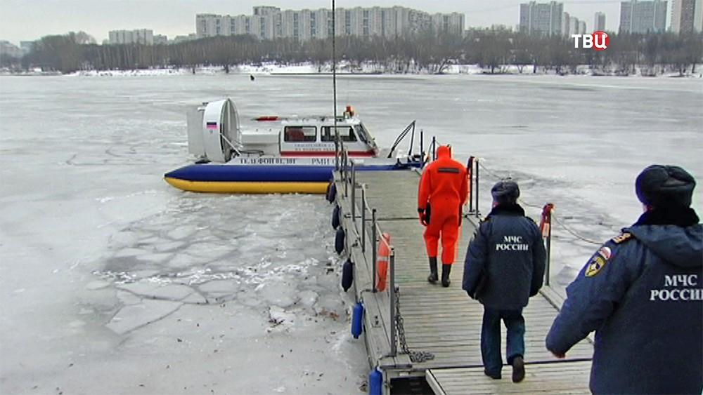 Служба спасения МЧС на воде