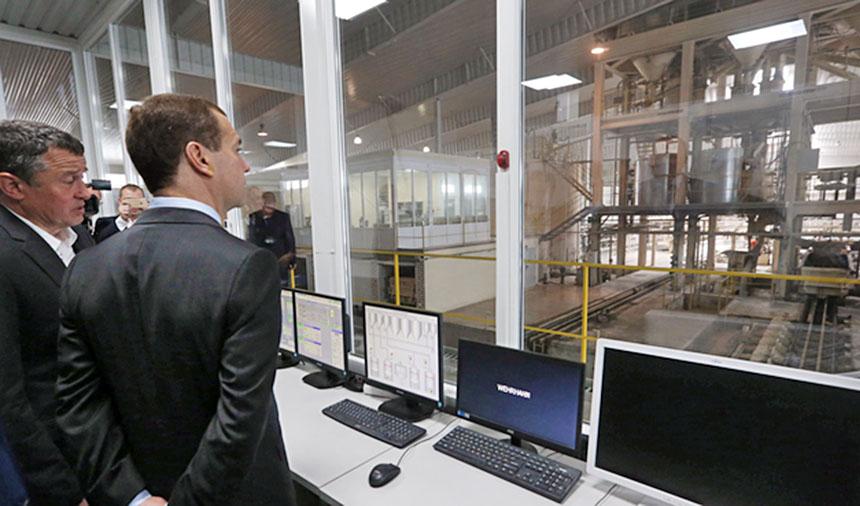 Дмитрий Медведев осматривает предприятие