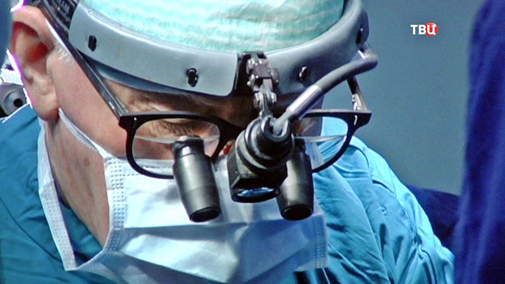Хирурги проводят операцию