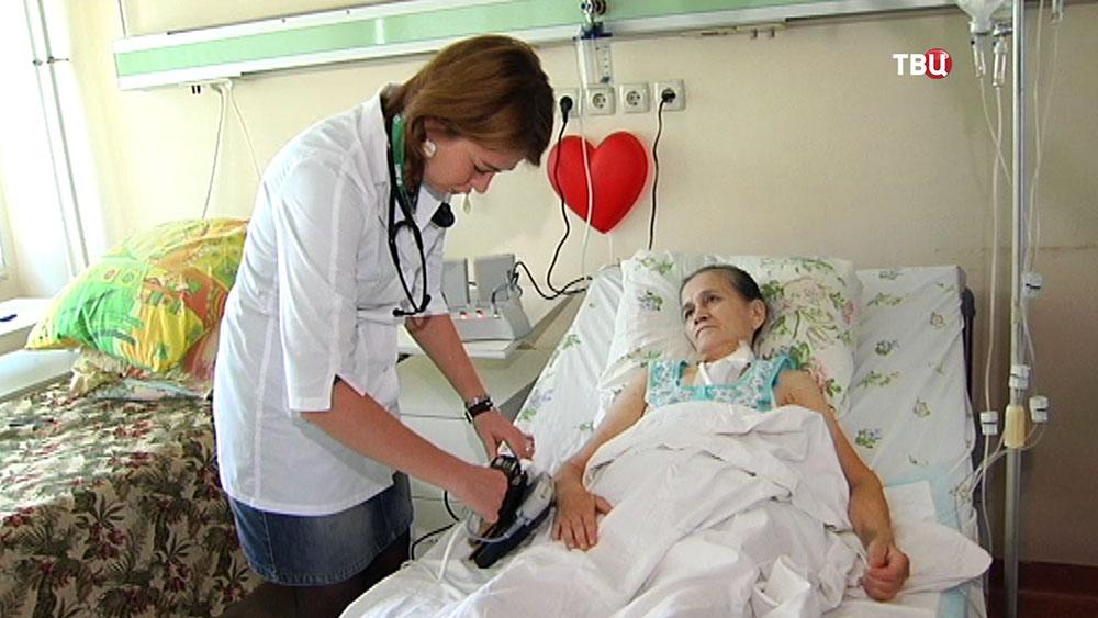 Врач осматривает пациентку в больнице