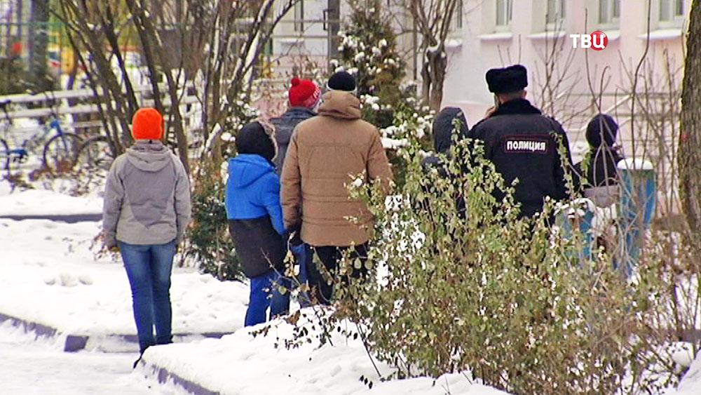 Служащие полиции в детском доме