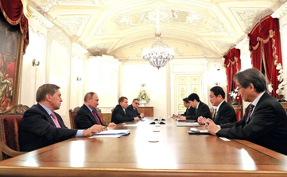 Президент России Владимир Путин на в стрече с главой МИД Японии Фумио Кисидой