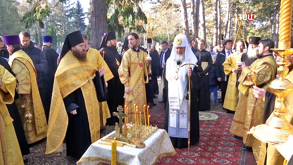 Патриарх Московский и всея Руси Кирилл проводит богослужение