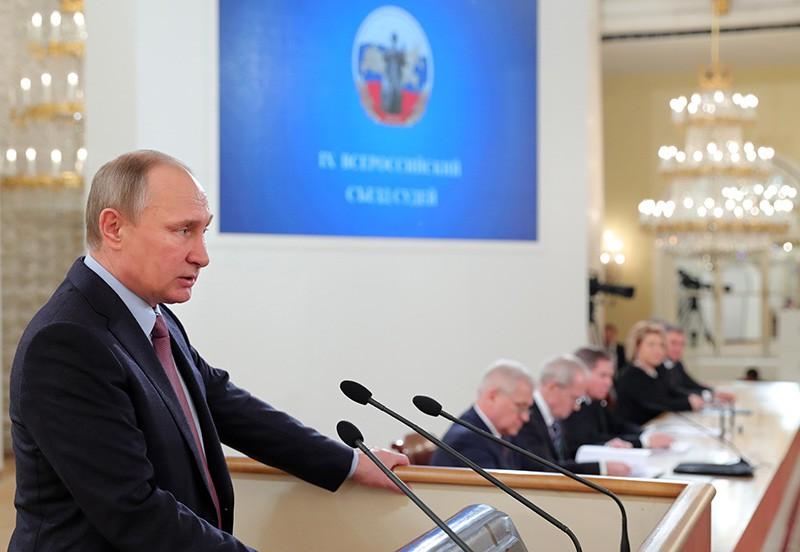 Президент РФ Владимир Путин выступает на пленарном заседании Всероссийского съезда судей