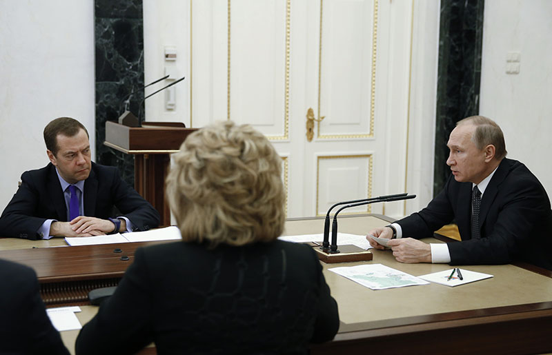 Президент РФ Владимир Путин проводит совещание с постоянными членами Совета безопасности РФ