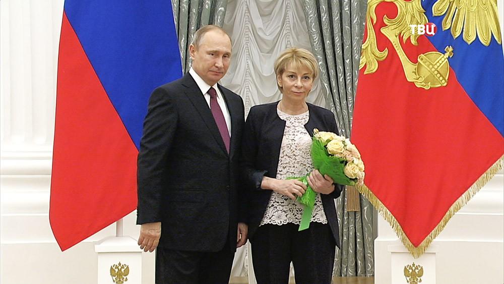 Президент России Владимир Путин во время вручения госпремии Елизавете Глинке в Кремле