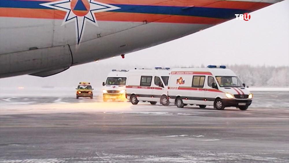 Автомобили скорой помощи около спецборта МЧС России