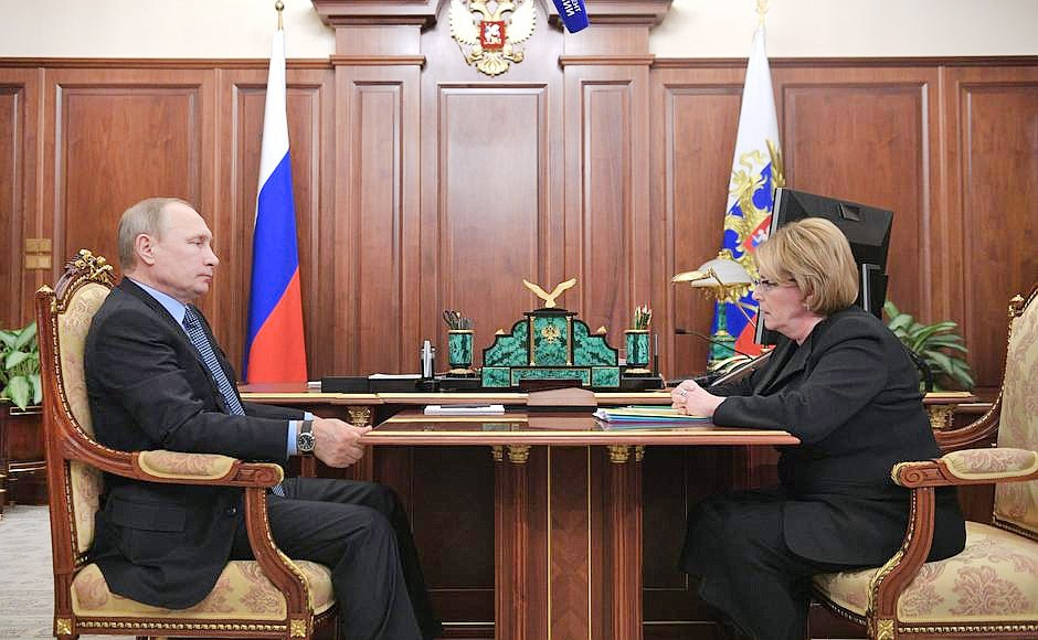 Президент России Владимир Путин и министр здравоохранения Вероника Скворцова