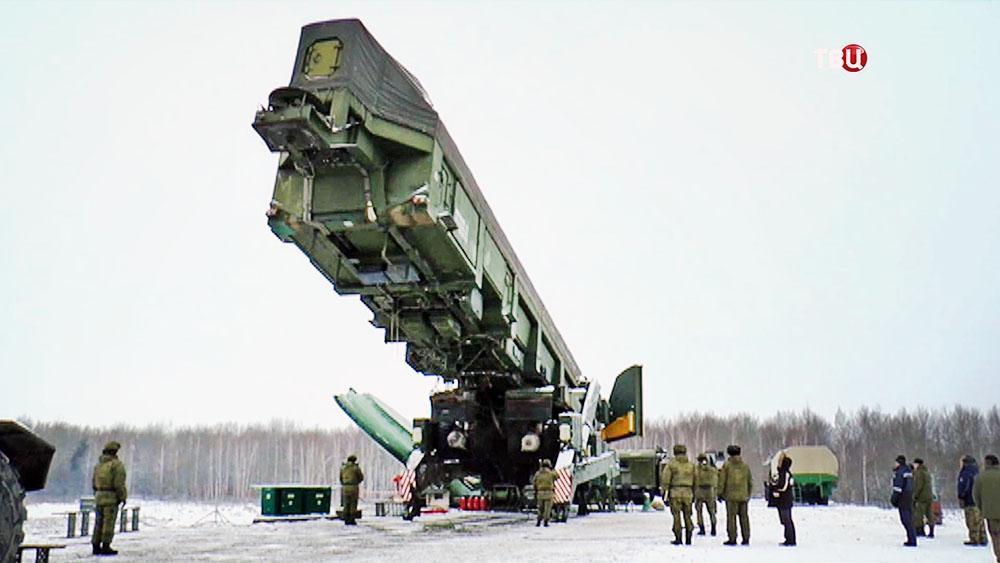 """Загрузка ракеты """"Ярс"""" в шахту"""