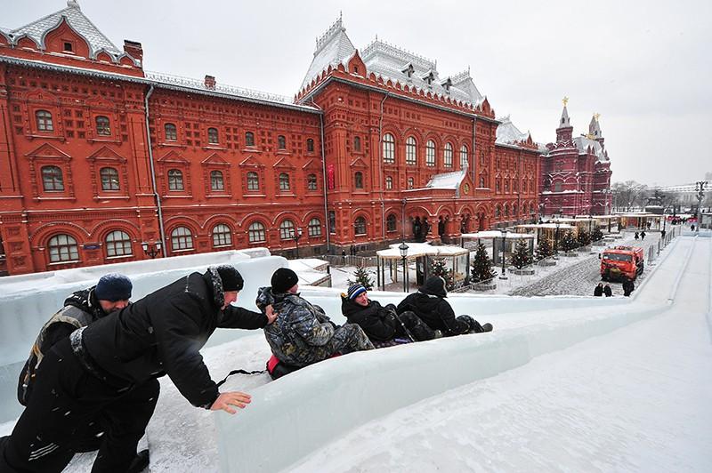 Ледяная горка возле Исторического музея в Москве