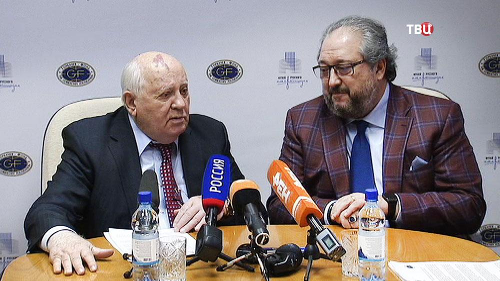 Михаил Горбачев и основатель Музея русского импрессионизма Борис Минц