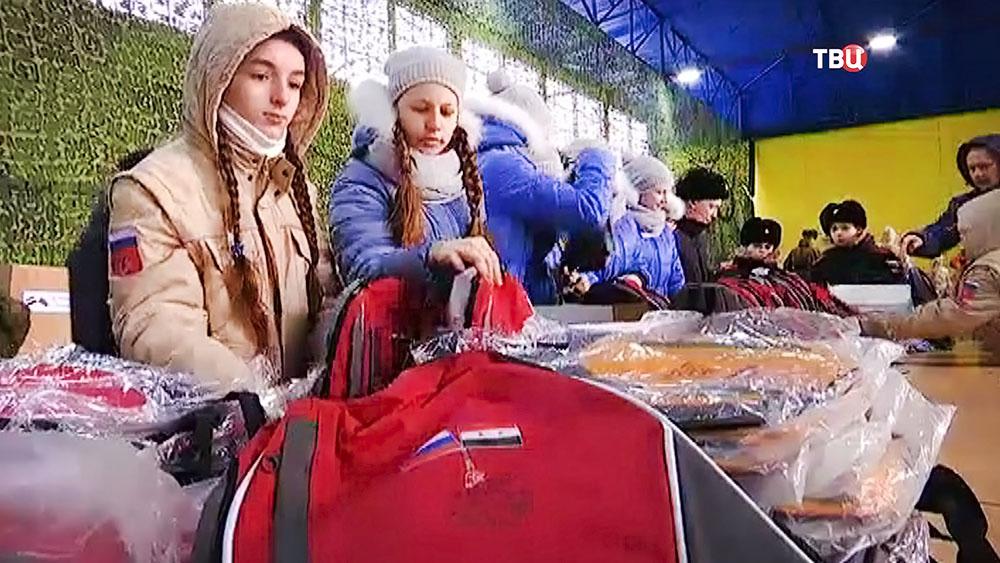 Школьники собирают новогодние подарки для детей в Сириии