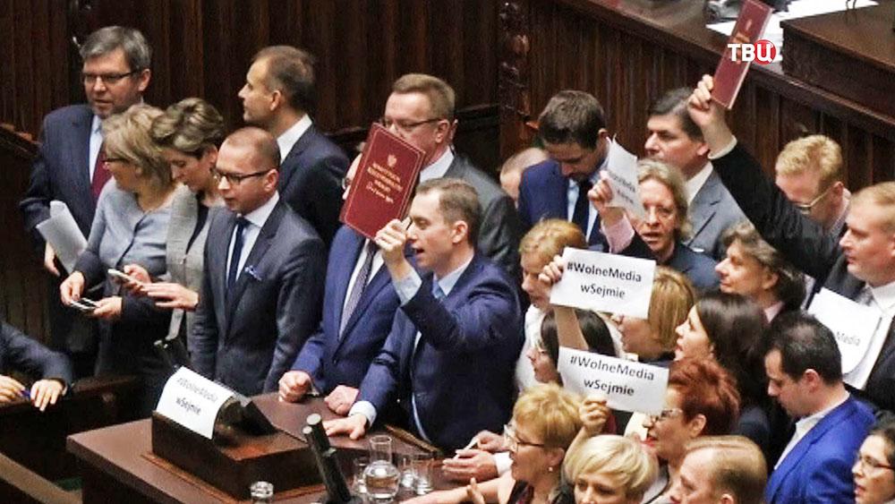Партия опозиции в Польше заблакировала парламентскую трибуну