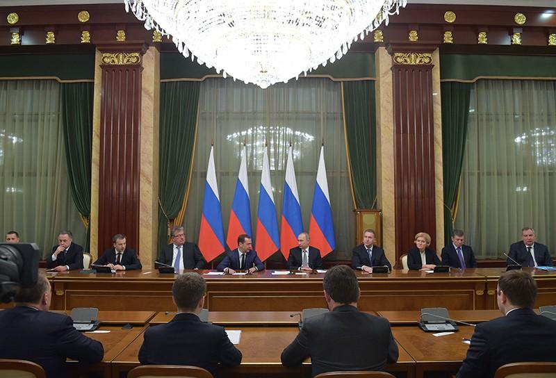 Президент РФ Владимир Путин и председатель правительства РФ Дмитрий Медведев во время встречи с членами правительства