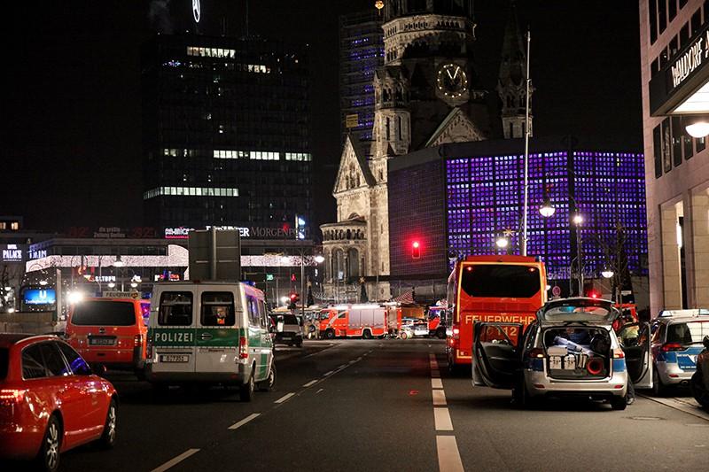 Автомобили полиции и скорой помощи на месте происшествия в Берлине