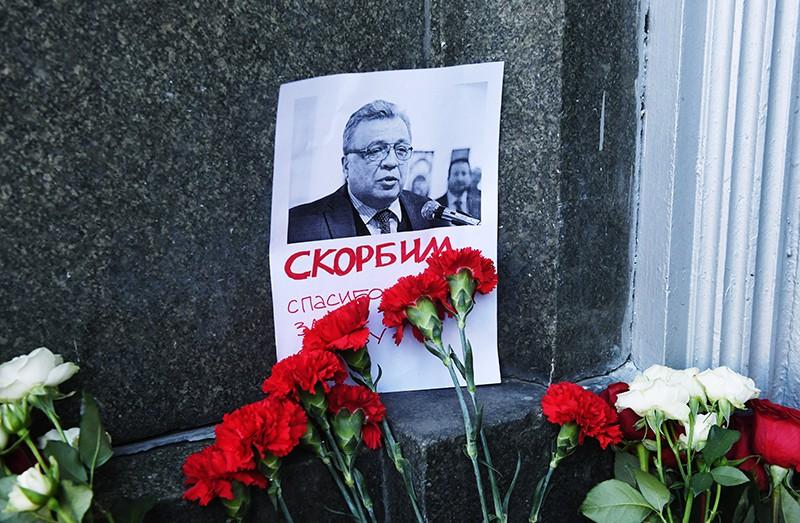 Цветы у здания МИД России в связи с гибелью посла России в Турции Андрея Карлова
