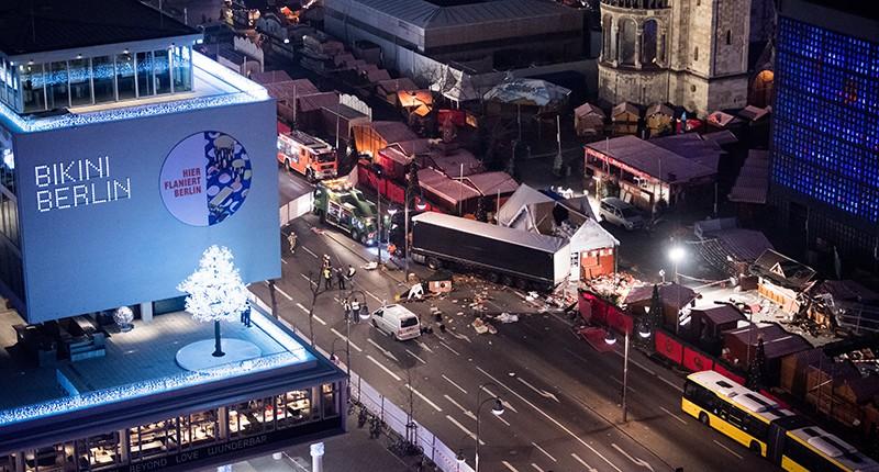На месте происшествия, где грузовик протаранил рождественскую ярмарку в Берлине