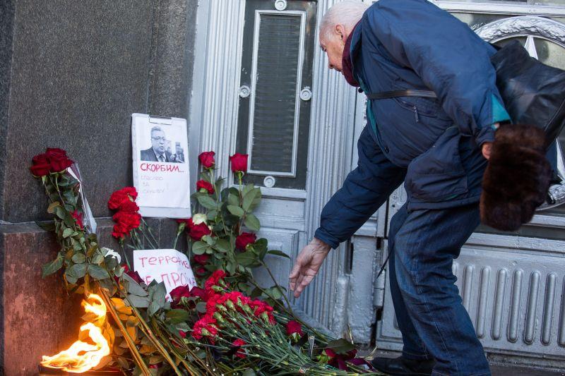 Цветы в память об убитом российском после в Турции
