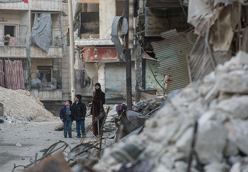 Местные жители квартала в Алеппо