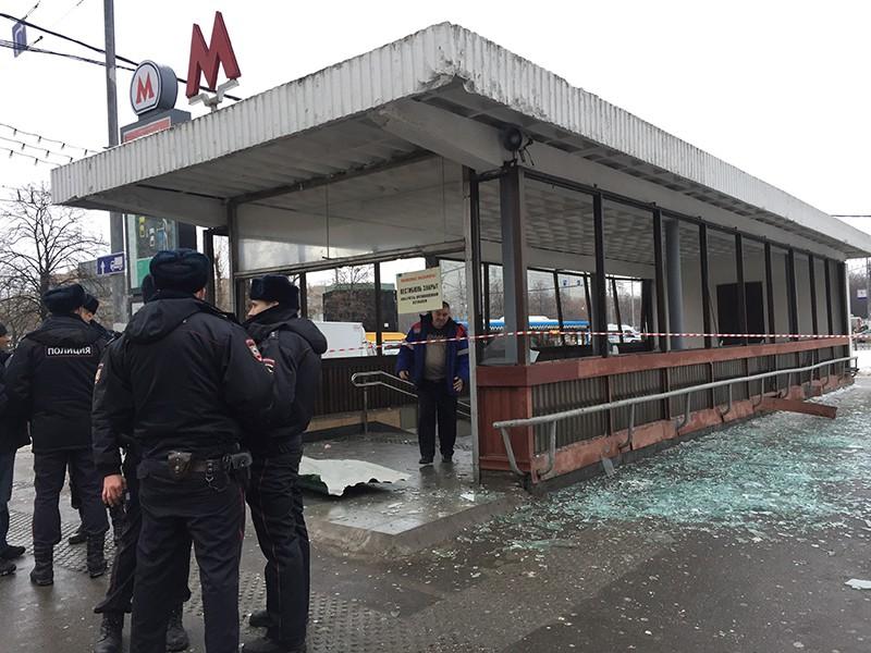 """Сотрудники полиции у станции метро """"Коломенская"""", где в подземном переходе произошел взрыв"""