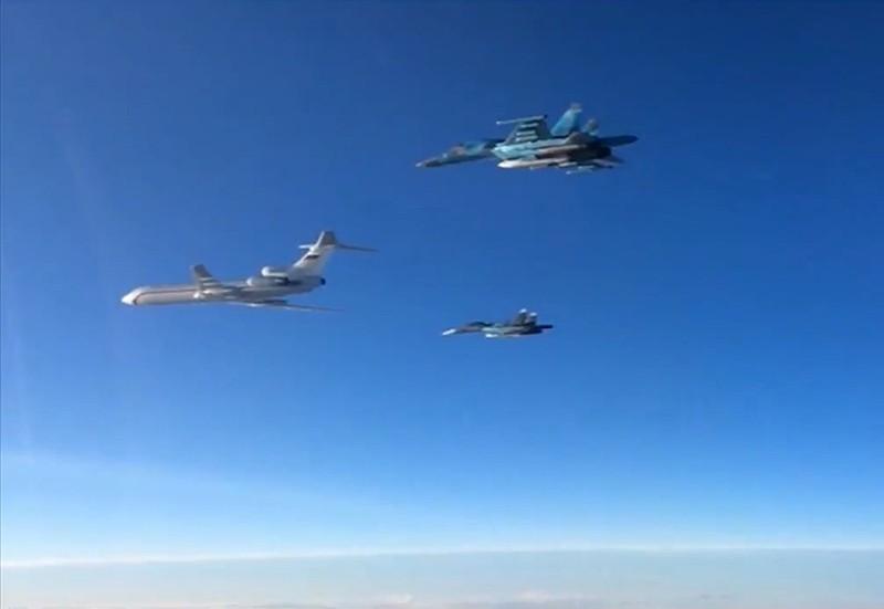 Ту-154 в сопровождении истребителей