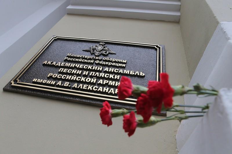 Москвичи несут цветы к зданию Академического ансамбля песни и пляски Российской армии имени Александрова