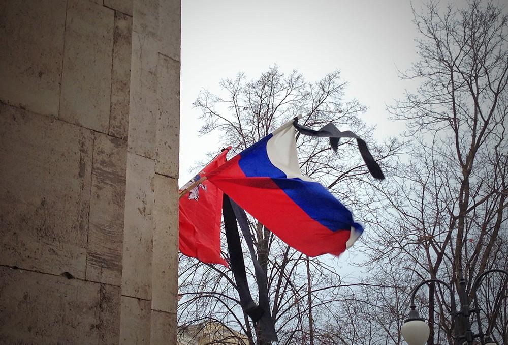 Траурные ленты на флагах