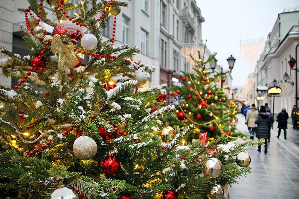 Новогоднее украшение в Столешниковом переулке