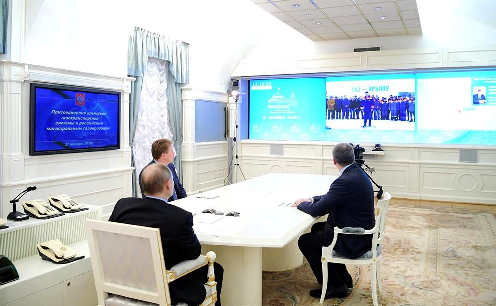 Владимир Путин в режиме видеоконференции общается с полуостровом Крым