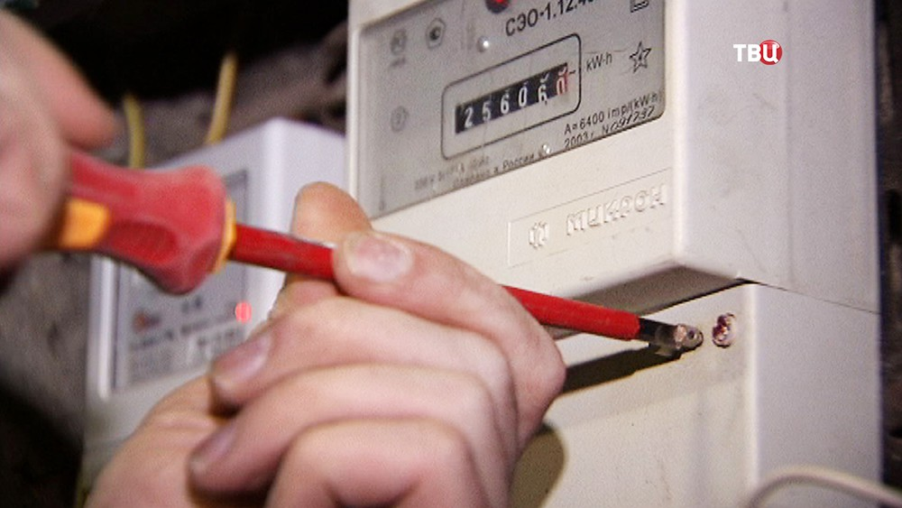 Электрики осматривают электрощетчики